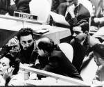 Fidel Castro comenta con el canciller Raúl Roa la intevención que ofrece Nikita Jruschov, Primer Ministro de la URSS. A la derecha el comandante Juan Almeida y detrás, Raúl Roa Kourí. Foto: Korda, Alberto.