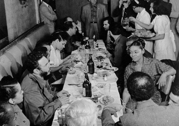 Fidel Castro, acompañado por otros miembros de la delegación cubana, almuerza junto a los trabajadores del hotel Theresa, donde se improvisa una conferencia de prensa con numerosos periodistas. Foto: Korda, Alberto.