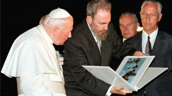 Fidel obsequia al Papa Juan Pablo II album de fotos de su visita a Cuba. Foto: Reuters