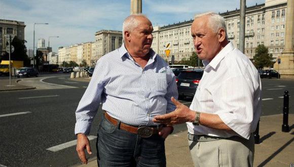 George Skrzynecky (izquierda) y Lucjan Poznanski en las calles de Varsovia. Foto: EPA