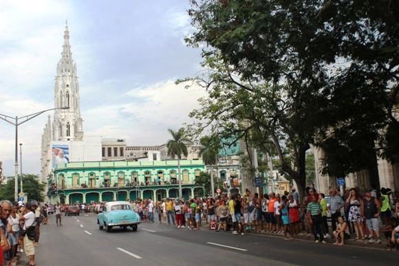 Desde horas antes el pueblo se reunió en los alerdedores de la Iglesia de Reina. Foto: José Raúl Concepción / Cubadebate