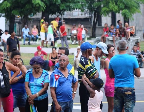El pueblo cubano esperó desde horas antes el paso del Papa Francisco por la Iglesia de Reina. Foto: José Raúl Concepción / Cubadebate