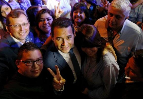 El candidato presidencial Jimmy Morales, en su casa de campaña. / JORGE DAN LOPEZ (REUTERS)