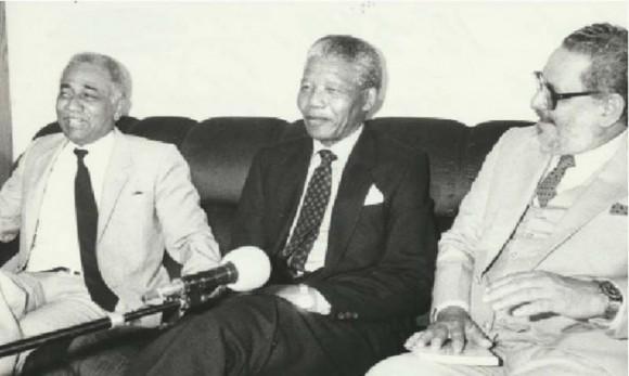 Juan Almeida Bosque, Nelson Mandela y Jorge Risquet en Namibia. Foto: Arnaldo Santos