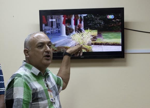 El comisionado nacional de béisbol Heriberto Suárez explica cómo se procede cuando se reclama la decisión de una jugada. Foto: Ismael Francisco/Cubadebate