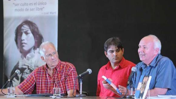 De izquierda a derecha: Alberto Prieto Rozos, el autor del texto Abel Enrique González Santamaría, y David Deutschmann, durante la presentación. Foto: Jose M. Correa/ Granma