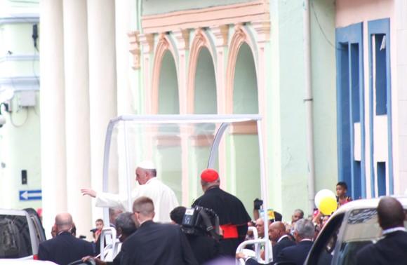 El Papa Francisco se detuvo en la entrada de la Iglesia de Reina. Foto: José Raúl Concepción / Cubadebate