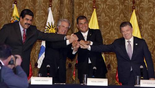 Los presidentes de Venezuela, Nicolás Maduro; Uruguay, Tabaré Vázquez; Ecuador, Rafael Correa, y Colombia, Juan Manuel Santos, tras el encuentro celebrado ayer en Quito. (Foto Ap)