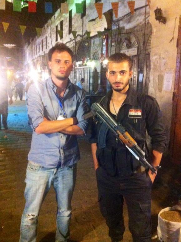 Se llama Maslama y trabaja de custodiar que ISIS no se meta en el mercado central de Damasco. Foto: Daniel Wizenberg en Facebook.