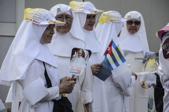 Los fieles escuchan la Santa Misa. Foto: Kaloian/ Cubadebate.