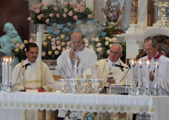 Oficia Papa Francisco  Santa Misa en el Santuario Nacional de la Virgen de la Caridad del Cobre,  en Santiago de Cuba, el 22 de septiembre de 2015, en su visita Apostólica a Cuba.  AIN FOTO/Vladimir MOLINA/PL