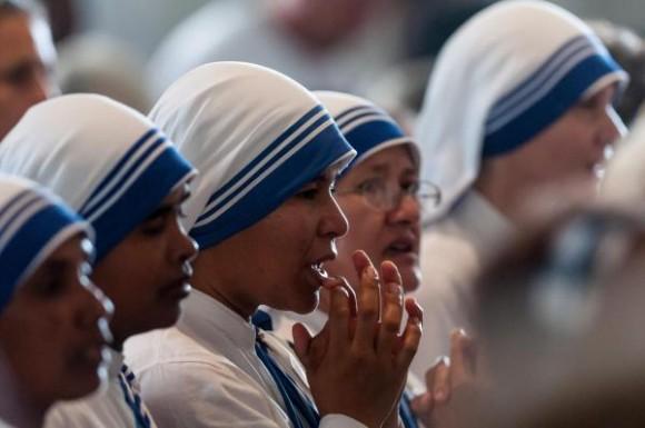 Religiosas rezan durante la Santa Misa que oficia el Papa Francisco en el Santuario de la Virgen de la Caridad del Cobre en Santiago de Cuba, el 22 de septiembre de 2015. AIN   FOTOCalixto N. LLANES/Juventud Rebelde