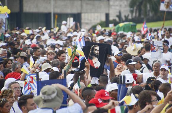 Una gran multitud en la Plaza de la Revolución asistió a la Santa Misa. Foto: Kaloian/ Cubadebate.