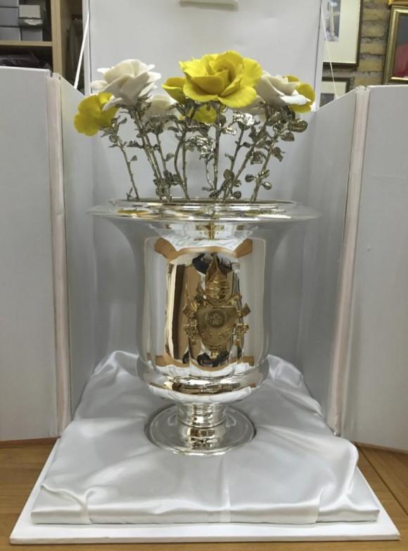 Bello florero de plata con flores con tallos de plata y pétalos de cerámica que el Papa Francisco regaló a la Virgen de la Caridad.