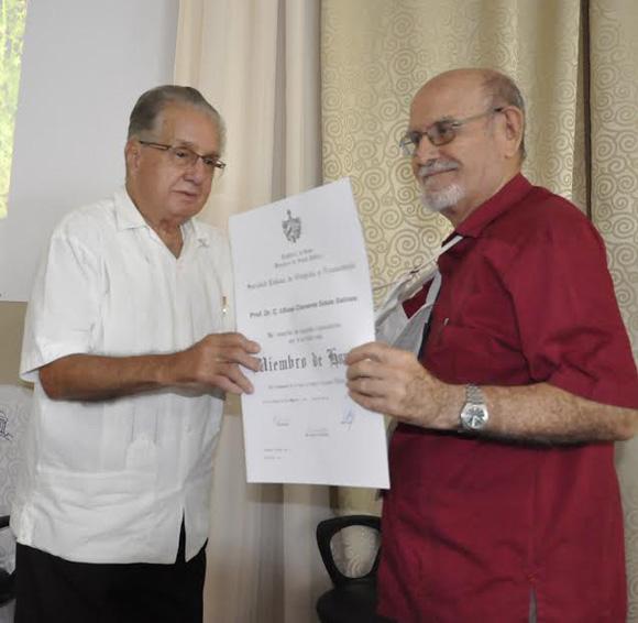 El doctor Álvaraz Cambras entrega la condición de miembro de honor de la Sociedad Cubana de Ortopedia y Traumatología al ortopédico Ulises Sosa Salina.Fotos: Otilio Rivero Delgado/Cubadebate