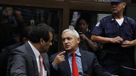 Pérez Molina dialoga con su abogado César Calderón en la Corte donde enfrenta cargos de corrupción