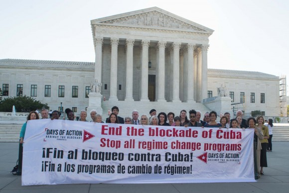 Pancarta contra el bloqueo frente a la Corte Suprema de Justicia en Washington. Foto: Bill Hackwell / Cubadebate