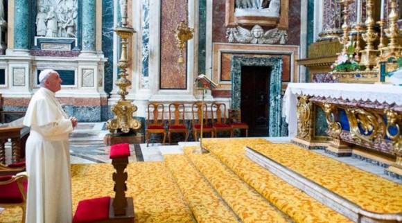El Papa reza ante la imagen de la Salus Populi Romani en la Basílica de Santa María la Mayor. Foto L'Osservatore Romano