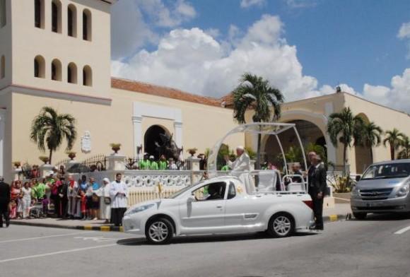 El Papa Francisco llegando a la Catedral de San Isidoro en  Holguín,  dondese encuentra la estatua de San Juan Pablo II (C al fondo), instalada en el atrio derecho de la iglesia, en Holguín, Cuba, el 21 de septiembre de 2015.   Foto: AIN  / Yuly SOCORRO/