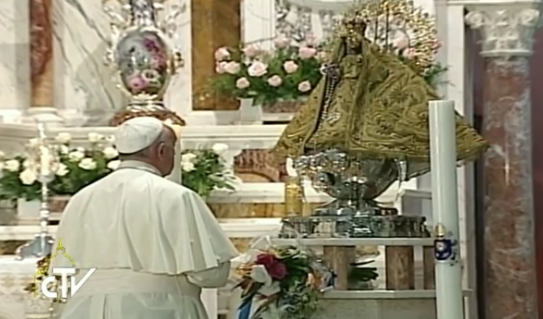 Papa frente a la Virgen del Cobre