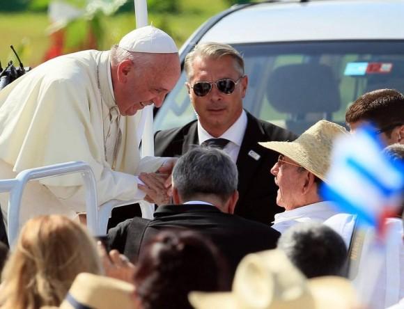 """El Papa Francisco saluda al Presidente cubano Raúl Castro al llegar a la Plaza de la Revolución """"Calixto García"""". Foto: EFE"""