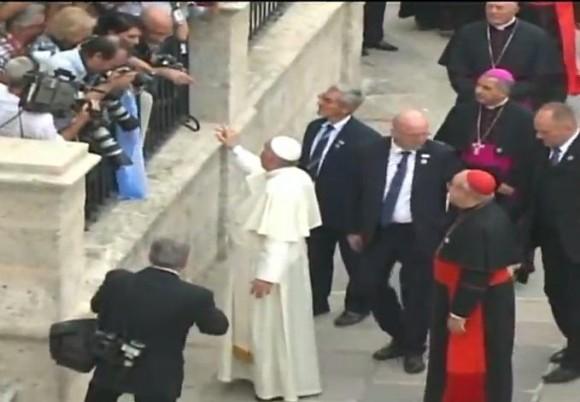 El Papa Francisco saluda a los fotorreporteros que lo aguardan a su llegada a la Plaza de la Catedral.