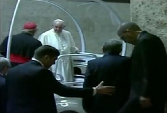 Papa se despide del Palacio de la Revolución