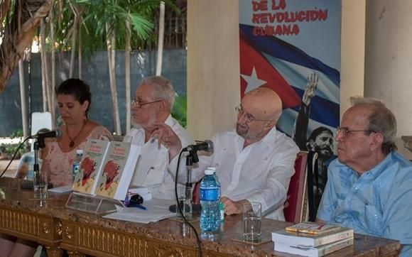 Jorge Risquet junto a Piero Gleijeses durante la presentación en Cuba del más reciente libro del historiador norteamericano. a la derrecha, Ricardo Alarcón, julio 2015. Foto: Orlando Perera