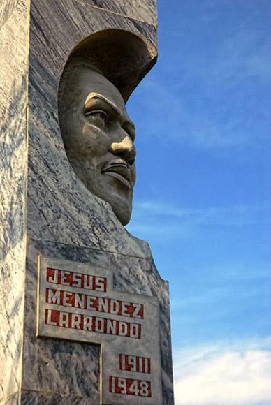 Escultura a la memoria del líder azucarero Jesús Menéndez, ubicado en la Plaza Mayor General Calixto García Íñiguez. Foto: Juan Pablo Carreras / AIN