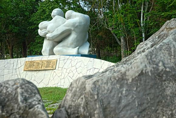 Monumento escultórico en memoria de las mártires de las Pascuas Sangrientas, en la Plaza Mayor General Calixto García Íñiguez. Foto: Juan Pablo Carreras / AIN