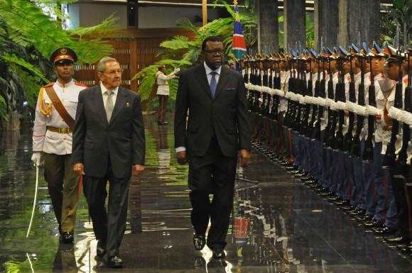 El General de Ejército Raúl Castro Ruz (C izq.), Primer Secretario del Partido Comunista de Cuba (PCC) y Presidente de los Consejos de Estado y de Ministros, durante el recibimiento oficial al presidente de Namibia, Hage Gottfried Geingob (C), en la sede del Consejo de Estado, en La Habana, el 15 de septiembre de 2015. Foto: Abel Padrón/ AIN