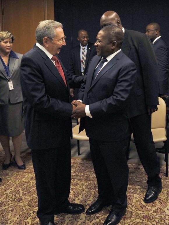 El presidente cubano Raúl Castro saluda al mandatario de Mozambique, Felipe Nyussi, en la ONU. Foto: Estudios Revolución