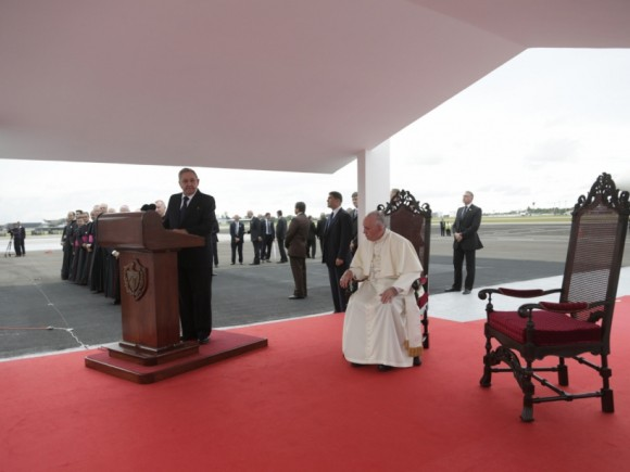 Raúl habla en la bienvenida al Papa