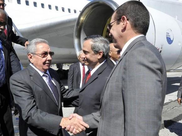 Raúl fue recibido a su llegada por los Embajadores de Cuba ante la ONU y en EEUU. Foto: Estudios Revolución