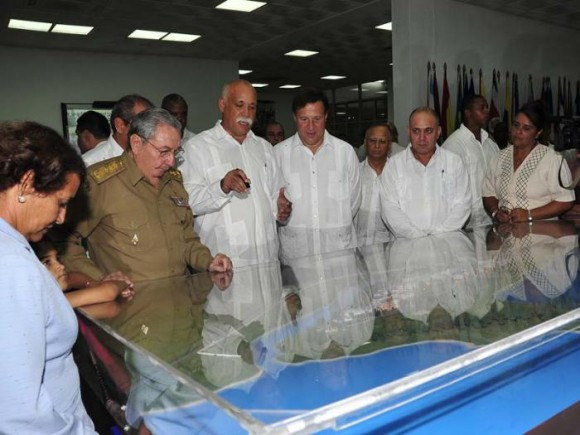 Visitan Raúl Castro y presidente panameño la ELAM y el Kcho Estudio