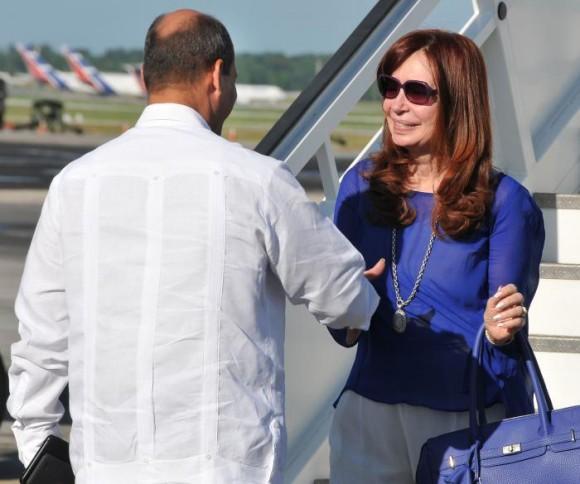 Recibimiento de la Presidenta de Argentina, Cristina Fernández, por el Vicecanciller cubano Rogelio Sierra Cruz. Foto: Jorge Luis González  / Granma
