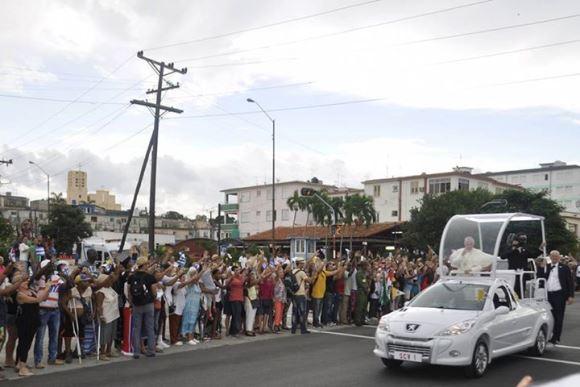 Recorrido del Papa por las calles de La Habana. Foto: Raúl Fergo