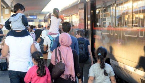 Cientos de refugiados se precipitan a los trenes hacia Alemania. Foto: EFE.