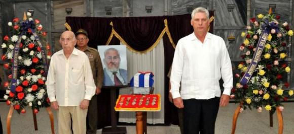 Ofrendas florales a nombre del líder de la Revolución Cubana Fidel Castro y del General de Ejército Raúl Castro Ruz, Presidente de los Consejos de Estado y de Ministros, también custodiaron las cenizas del destacado revolucionario. Foto: Jorge Luis González.