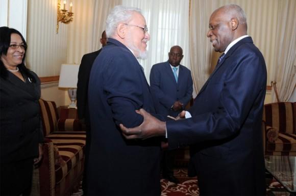 Risquet y el Presidente de Angola José Eduardo Dos Santos en Luanda,  Febrero de 2014. Foto: Journal de Angola