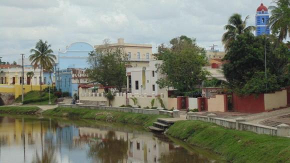 Ciudad de Sancti Spíritus. La  Iglesia Mayor (en el extremo derecho de la foto), El Teatro Principal (se ve la parte delantera superior pintado de azul cerca del extremo  izquierdo), El puente sobre el Río Yayabo (pintado de amarillo se observa un pequeño pedazo de él) y el propio Río Yayabo  Foto: Jorge Meneses / Cubadebate