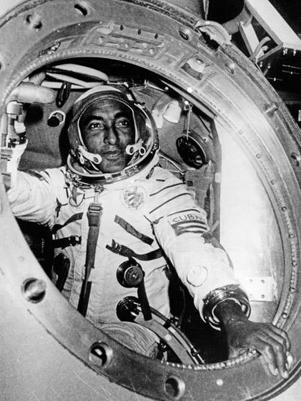 Tamayo saliendo de la nave soviética Soyuz-38