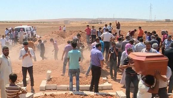 Una multitud despide al niño y al resto de sus familiares muertos. Foto: AP