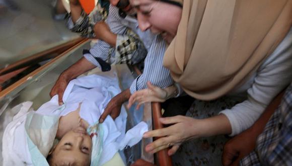 Una tía del niño se desespera ante su cuerpo sin vida .Foto: Reuters