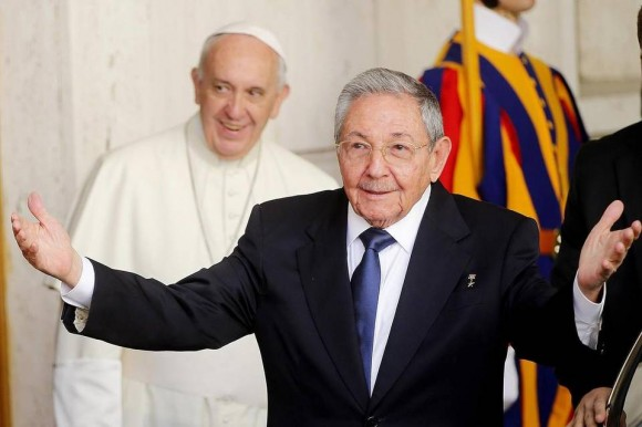 Raúl y el Papa Francisco en el Vaticano, 10 de mayo de 2015. Foto: EFE