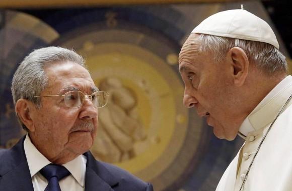 Raúl y el Papa Francisco en el Vaticano, mayo de 2015. Foto: EFE