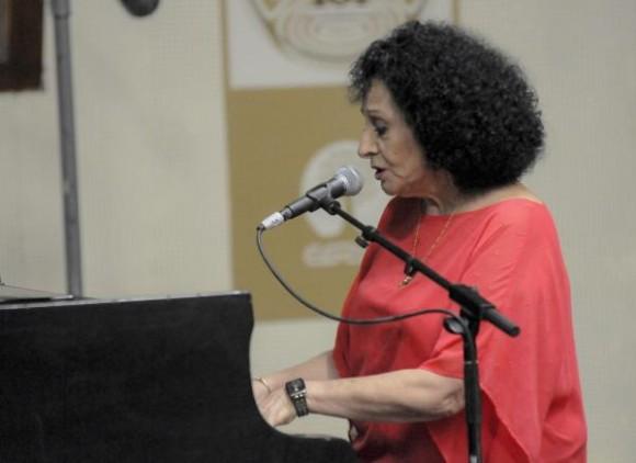 Participación de la cantante Beatriz Marquez, durante el acto de Firma de Acuerdo entre la Empresa de Grabaciones y Ediciones Musicales (EGREM) y su homóloga estadounidense Sony Music Entertainment, realizada en la Disquera Areito, en La Habana, Cuba, el 15 de septiembre de 2015.  Foto:Oriol de la Cruz Atencio / AIN