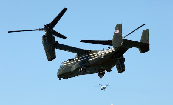 """Un Bell-Boeing V-22 Osprey, conocido también como """"águila pescadora"""", """"convertiplano"""" o """"aeronave de rotores basculantes"""", escolta al Papa. Estos aviones tienen la capacidad de despegar vertical u horizontalmente en muy poco espacio. Foto: AP"""