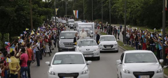 El Papa recorrió 18 kilómetros por La Habana en un vehículo abierto construido en Cuba especialmente para la ocasión. Según el cálculo inicial del portavoz vaticano, Federico Lombardi, unas cien mil personas se congregaron a lo largo del recorrido. Foto: Ismael Francisco/ Cubadebate