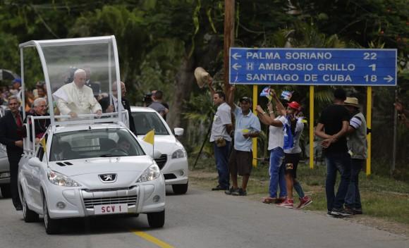 Llega el Papa Francisco al poblado del Cobre, en Santiago de Cuba. Foto: Ismael Francisco/Cubadebate